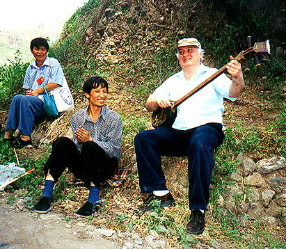 Jody holding forth, Wang Gung Cai applauding and our Wall guide happily listening.